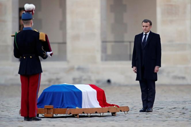 Le président de la République, Emmanuel Macron, rend hommage au résistant Daniel Cordier, disparu le 20 novembre à l'âge de 100 ans, dans la cour des Invalides, à Paris, le 26 novembre.