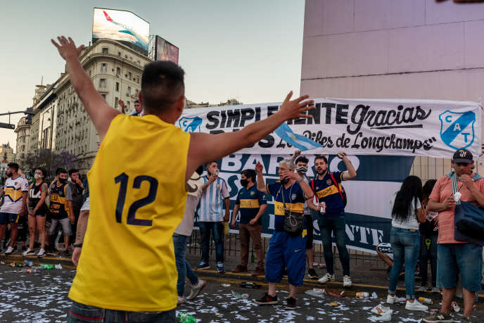 Fans of all generations gathered at the Obelisco in tribute to Maradona.