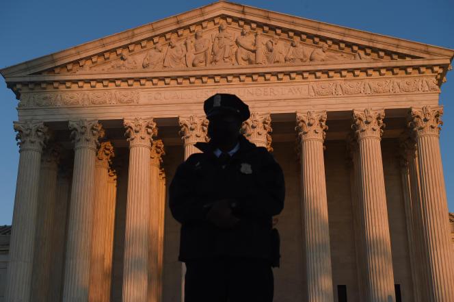 Outubro de 2020, um policial perante a Suprema Corte dos EUA em Washington.