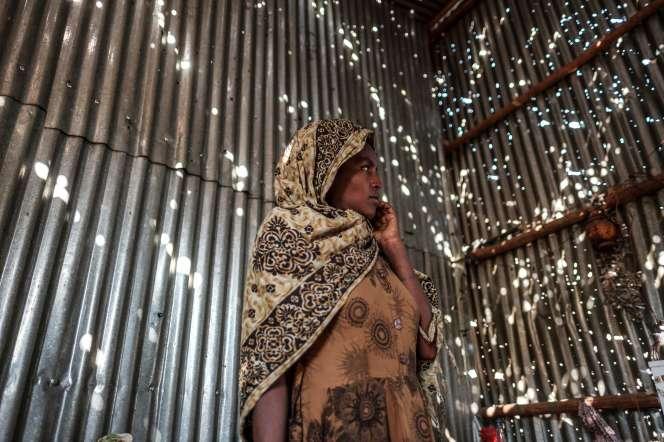 Une habitante d'Humera,près de la frontière avec l'Erythrée, dans le Tigré, dans un abri en tôle endommagé par des tirs, le 22 novembre.