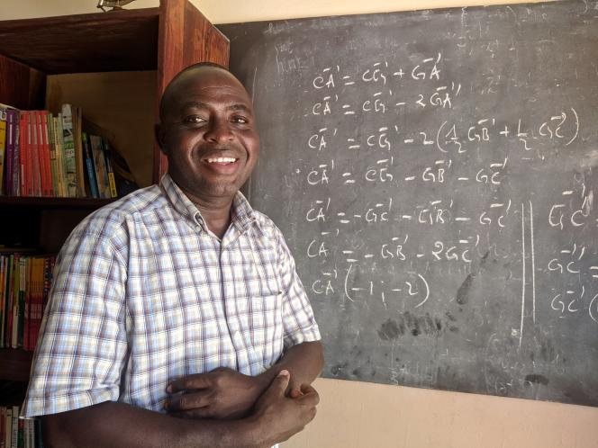 Philippe Orekan, enseignant, fait partie des professeurs volontaires ayant accepté de tourner les vidéos de Classe19 bénévolement. Ici, à Godomey, en novembre 2020.