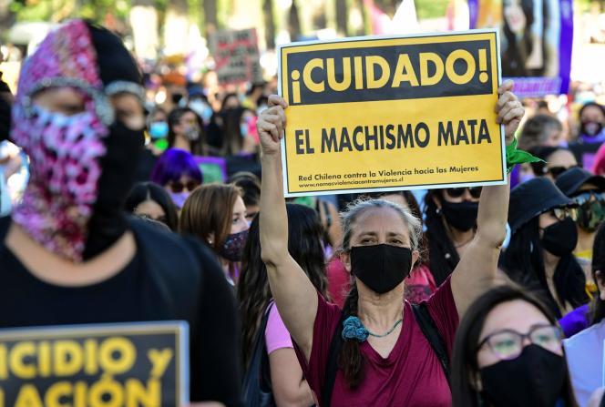 Une manifestation massive à Santiago, la capitale chilienne, mercredi 25 novembre.