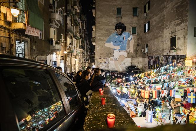 Les Napolitains se rassemblent devant une fresque représentant Diego Armando Maradona, après l'annonce du joueur argentin, dans les Quartiers espagnols de Naples, le 25 novmebre 2020.