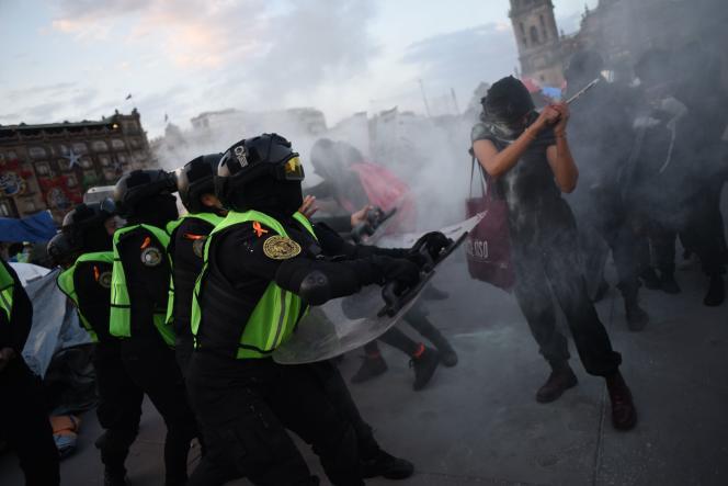 Des manifestants rassemblés devant le Palais du gouvernement à Mexico City, mercredi 25 novembre.