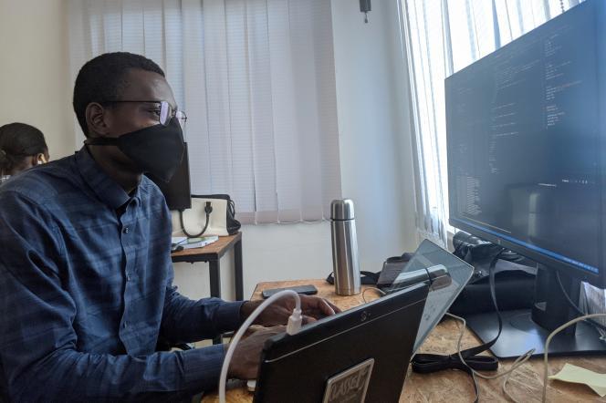 Un développeur au travail dans les locaux de Switch, à Cotonou, en novembre 2020.