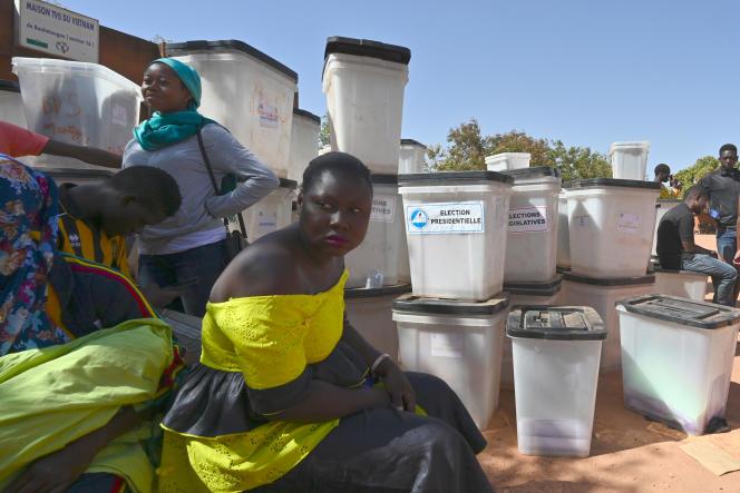Des urnes stockées dans un centre local de la Commission électorale nationale indépendante (CENI) à Ouagadougou le 24 novembre 2020.