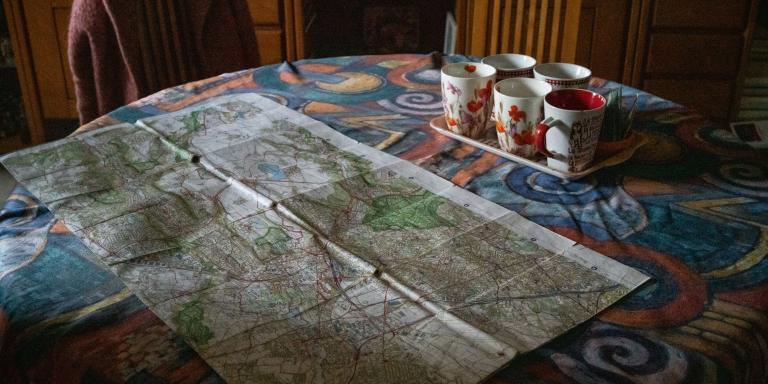 Gif sur Yvette, France, le 17 Novembre 2020 : Chez Martine Debiesse, avant de partir marcher, une carte de la region parisienne permet de visualiser le sentier Metropolitain du Grand Paris entre Gif sur Yvette et Palaiseau.