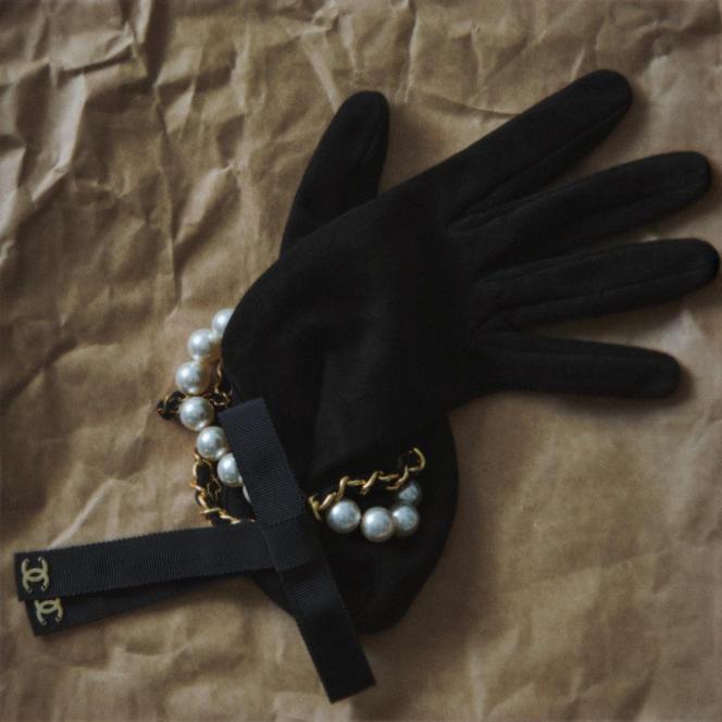Gants en agneau velours, perles de verre, gros-grain et métal doré, Chanel, 1320 €.
