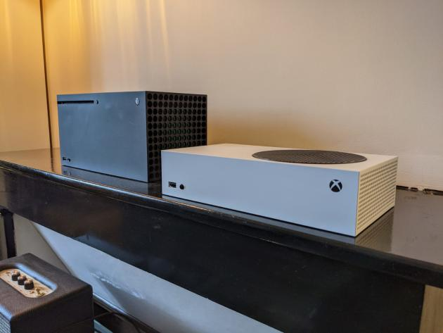 La Xbox Series S (à droite) est bien plus fine lorsqu'elle est posée à l'horizontal.
