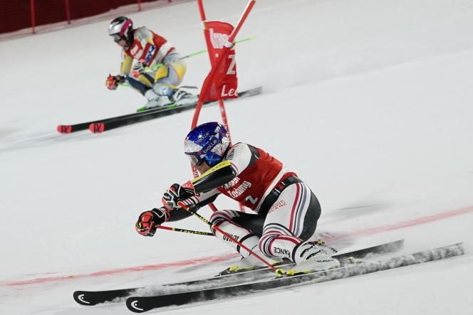 Alexis Pinturault (au premier plan) a su conserver 14 centièmes de marge lors de la deuxième manche de la finale du slalom parallèle face àHenrik Kristoffersen.