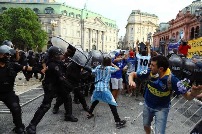 Affrontements devant le palais présidentielCasa Rosada, lors de la veillée funèbre pour Maradona, le 26 novembre à Buenos Aires (Argentine).