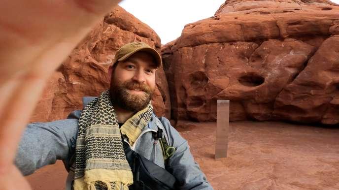 David Surber pose après avoir découvert l'emplacement du monolithe métallique dans le désert de Red Rock, Utah, États-Unis, le 25 novembre 2020.