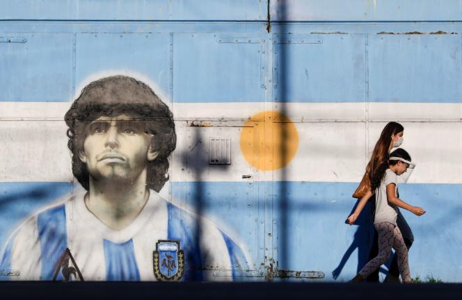 Un portrait de Diego Maradona sur les murs de Buenos Aires, le 27 novembre, deux jours après la mort du mythique footballeur argentin.