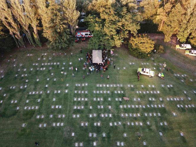 Vue aérienne de l'enterrement de la légende du football argentin Diego Maradona au cimetière Jardin Bella Vista, en périphérie de Buenos Aires, le 26 novembre 2020.