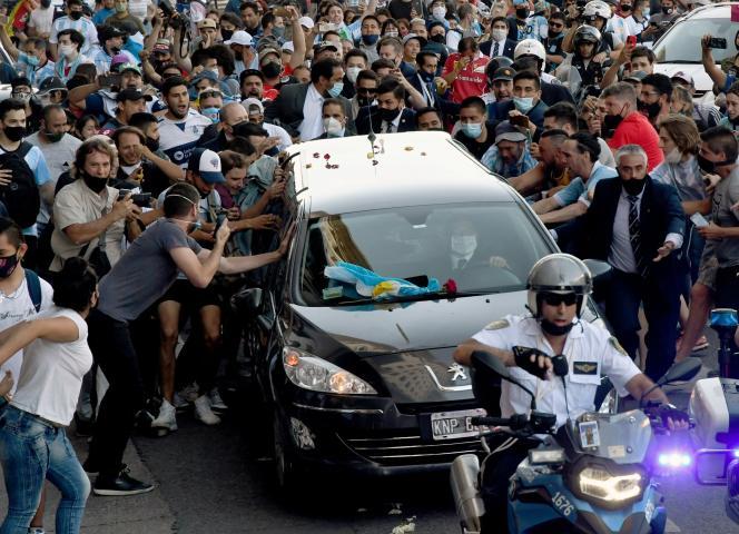 Des fans de Maradona entourent le corbillard du défunt, le 26 novembre à Buenos Aires.