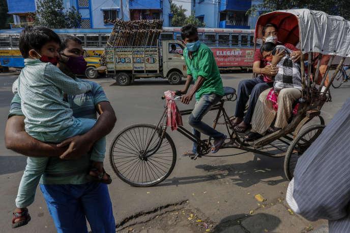 Des parents amènent leurs enfants se faire vacciner contre la polio, le 23 novembre à Calcutta (Inde).