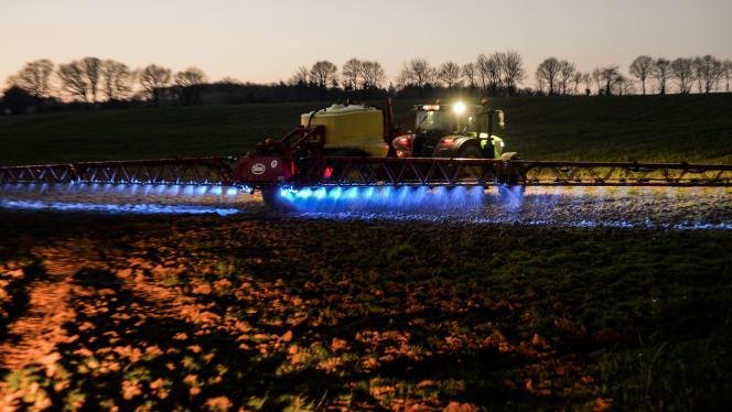 Un agriculteur pulvérise du glyphosate, en 2019 àSaint-Léonard-des-Bois (Sarthe).