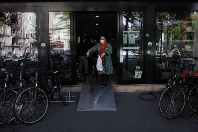Devant un magasin de vélos, le 6 mai à Paris.