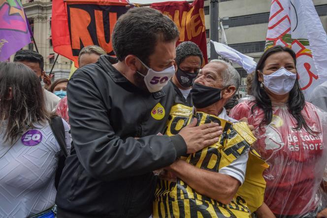Guilherme Boulos (à gauche), candidat du Parti socialisme et liberté (PSOL) à la mairie de Sao Paulo, le 18 novembre.