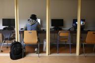 Un étudiant suit ses cours à distance depuis une salle de l'université Aix-Marseille, le 19 novembre.
