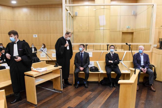 Les prévenus Marc Assier de Pompignan, Nicolas Vigne-Commerçon et Francis Chanson et leurs avocats, au palais de justice de Rennes, le 27 novembre.