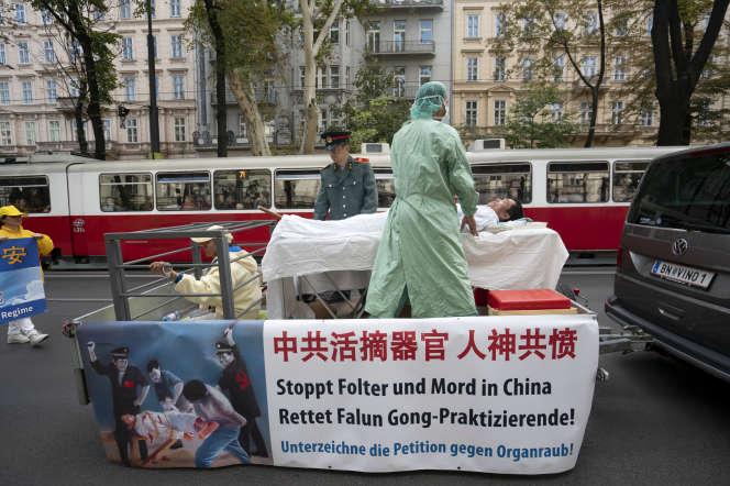 Lors d'une manifestation du mouvement religieux Falun Gong, à Vienne, en 2018, accusant Pékin de se livrer à du trafic d'organes.