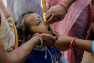 Une jeune fille se fait vacciner contre la polio, le 22 novembre à Calcutta (Inde).