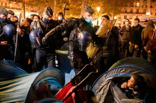 Lors de l'évacuation de la place de la République, lundi 23 novembre, à Paris.