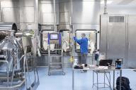 Des ingénieurs allemands procèdent a l'installation des équipements biotechnologiques sur le nouveau site, le 26 novembre, à Pune.