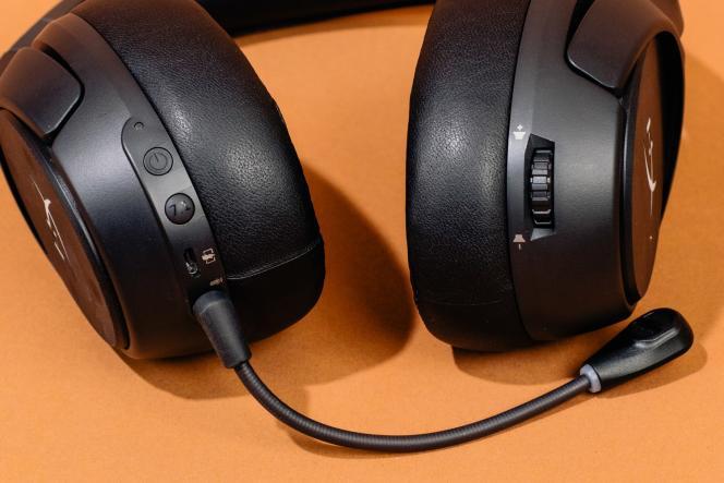 Sous l'écouteur gauche, le Cloud Flight S est doté d'un bouton d'alimentation, d'un commutateur pour le surround virtuel et d'un port de charge. Sur l'écouteur droit, on trouve une molette de volume.