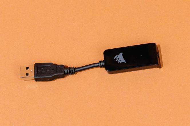 Le HS60 Pro est livré avec une clé USB pour le son surround virtuel ; ce n'est pas le cas du HS50 Pro.