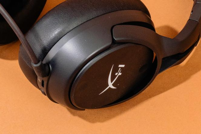 Quatre autres boutons figurent sur l'extérieur de l'écouteur gauche du Cloud FlightS. On peut les personnaliser à l'aide du logiciel HyperX.