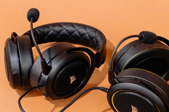 Le HS50 Pro (à gauche) et le HS60 Pro ont des micros amovibles et réglables.