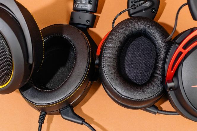 Les oreillettes des HS50 Pro et HS60 Pro (à gauche) sont confortables, mais elles ne sont pas remplaçables comme celles du Cloud Alpha (à droite).