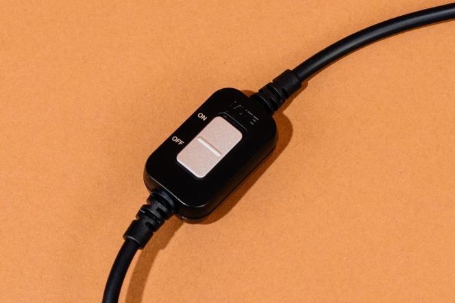 Le câble de l'ATH-PDG1 est doté d'un petit boîtier permettant d'activer la fonction silence et de régler le volume.