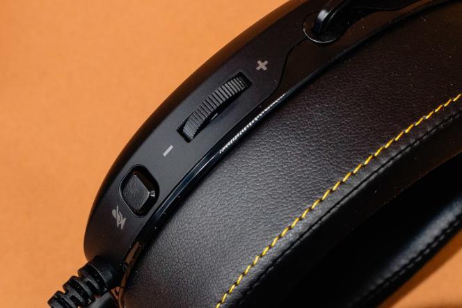 L'écouteur gauche est agrémenté d'une molette de volume et d'un bouton «silencieux» pour couper le son du micro.