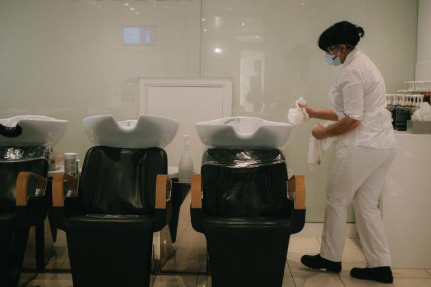 Pour un accueil respectueux des normes sanitaires, le matériel est entièrement désinfecté entre chaque client. A Paris, le 28 novembre 2020.