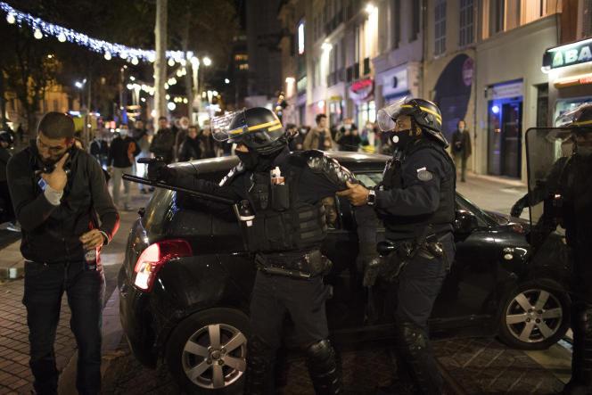 Un policier retient un de ses collègues lors d'une manifestation à Marseille, le 28novembre.
