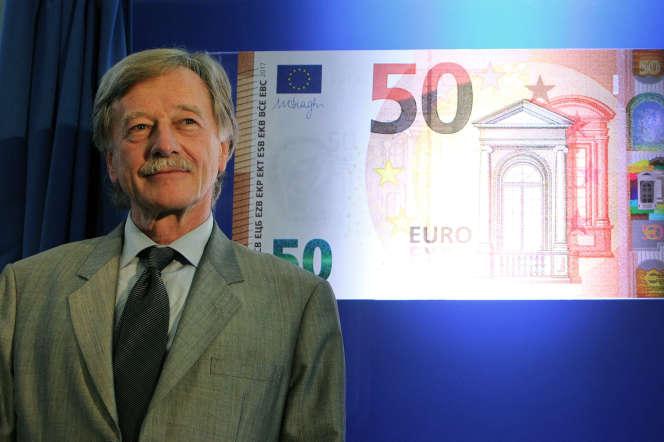 Yves Mersch devant l'image du nouveau billet de 50 euros, le 5 juillet 2016, à Francfort.