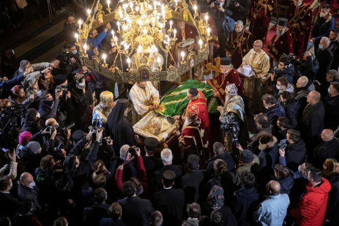 Dernier hommage autour du cercueil du patriarche serbe Irinej, à la cathédrale de l'Archange Michel de Belgrade, le 21 novembre.