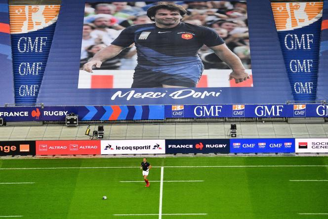 Il ritratto dell'ex nazionale francese Christophe Domicini, scomparso questa settimana, è stato esposto sugli spalti dello Stade de France per la partita contro l'Italia.