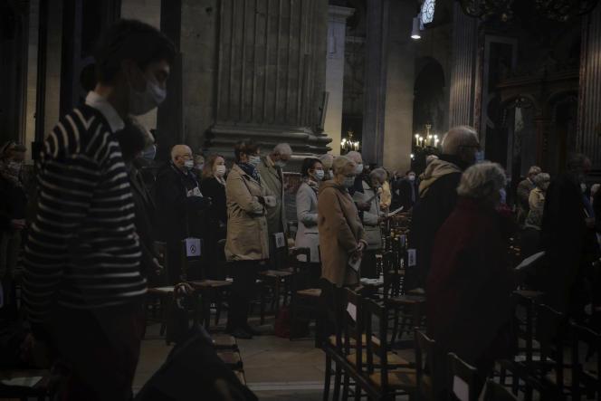 Célébration de la messe, à l'église Saint-Sulpice, le 1er novembre à Paris.