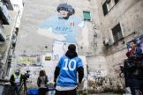 Des supporteurs italiens rendent hommage à Diego Maradona, devant une fresque murale de la ville de Naples, le 26 novembre 2020.
