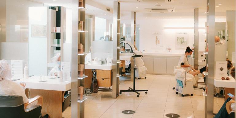 Le salon de coiffure Dessange, avenue Franklin Roosevelt dans le 8eme arrondissement de Paris, accueille de nouveau ses clients suite au second confinement national, le 28 novembre.