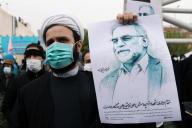 Un manifestant tient une photo de Mohsen Fakhrizadeh, lors d'une manifestation contre son assassinat à Téhéran, en Iran, le 28 novembre 2020.