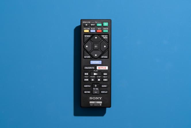 Les boutons de la petite télécommande Sony sont clairement disposés.