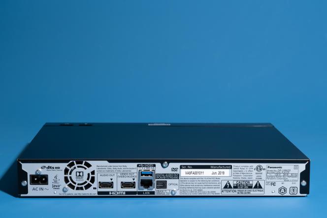 Le panneau arrière du DP-UB420 comprend deux sorties HDMI, un port USB pour une lecture multimédia, un port LAN pour une connexion réseau filaire et une sortie audio numérique optique.