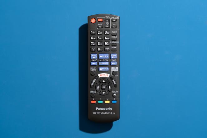 La télécommande Panasonic compte de nombreux petits boutons et pas de rétroéclairage, ce qui la rend difficile à utiliser dans l'obscurité.