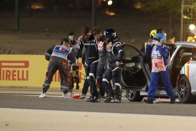 Romain Grosjean, au milieu des médecins et équipes de secours, après son accident lors du Grand Prix de Bahreïn, le 29 novembre 2020.