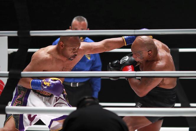 Roy Jones Jr donne un coup de poing à Mike Tyson, lors d'un combat de boxe, samedi28novembre2020, à Los Angeles.